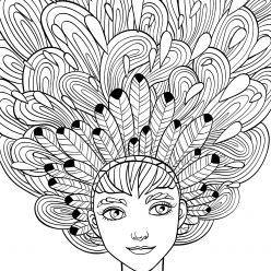 Девушка с перьями в волосах