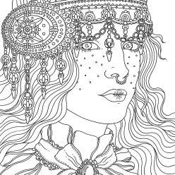 Девушка с украшением из камней