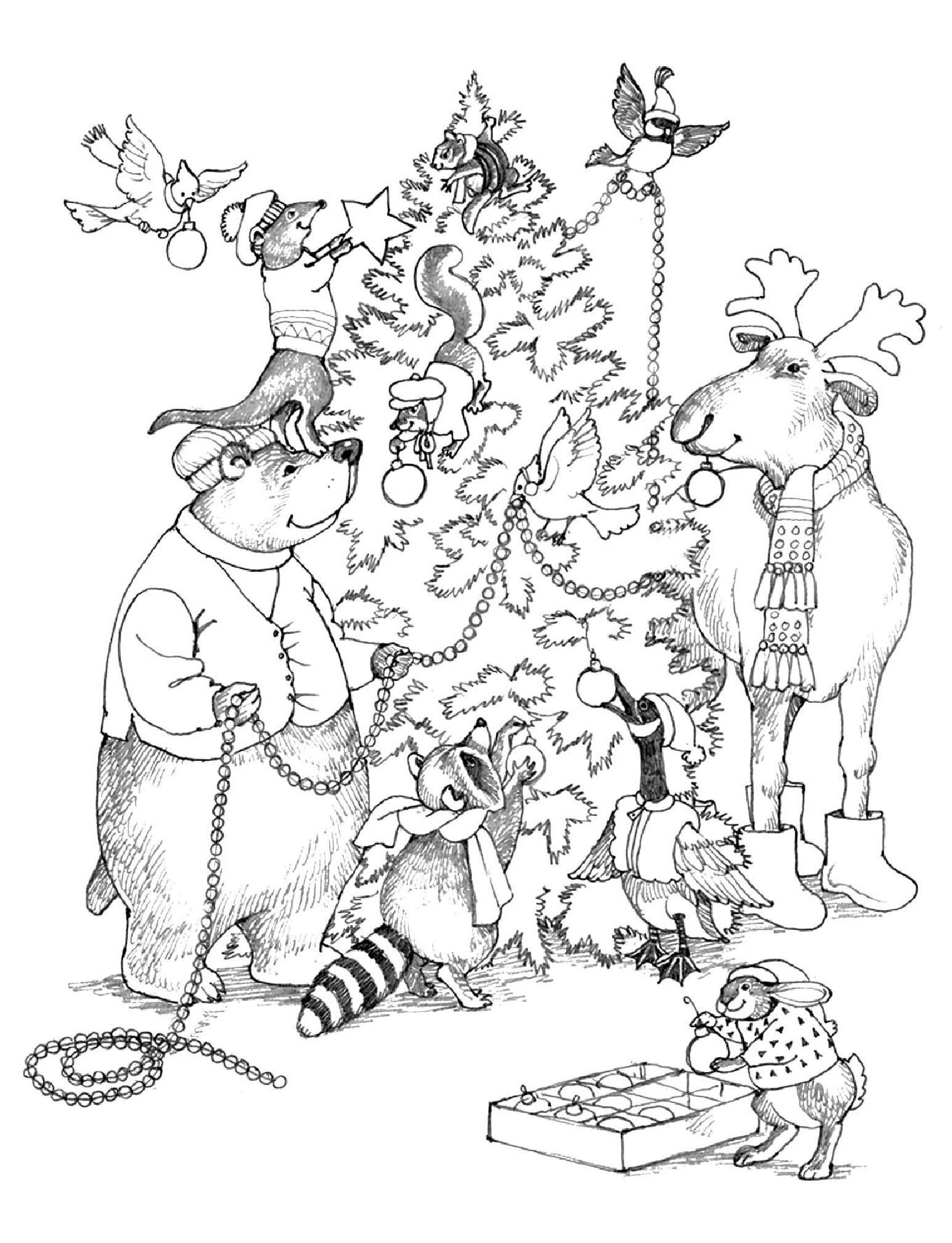 Животные наряжают елку